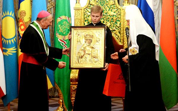Кирилл дарит икону св.Николая Франческо