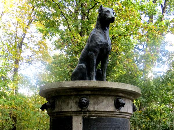 Памятник Собаке Павлова в парке Института экспериментальной медицины
