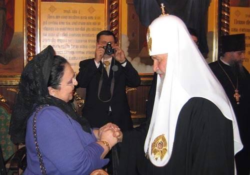 Святейший благословляет Государыню Марию