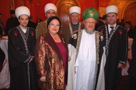 С радостными исламскими лидерами, обретшими свою Государыню
