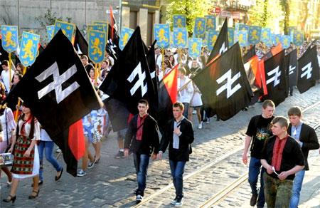 Украинские нацисты шагают по центру Киева