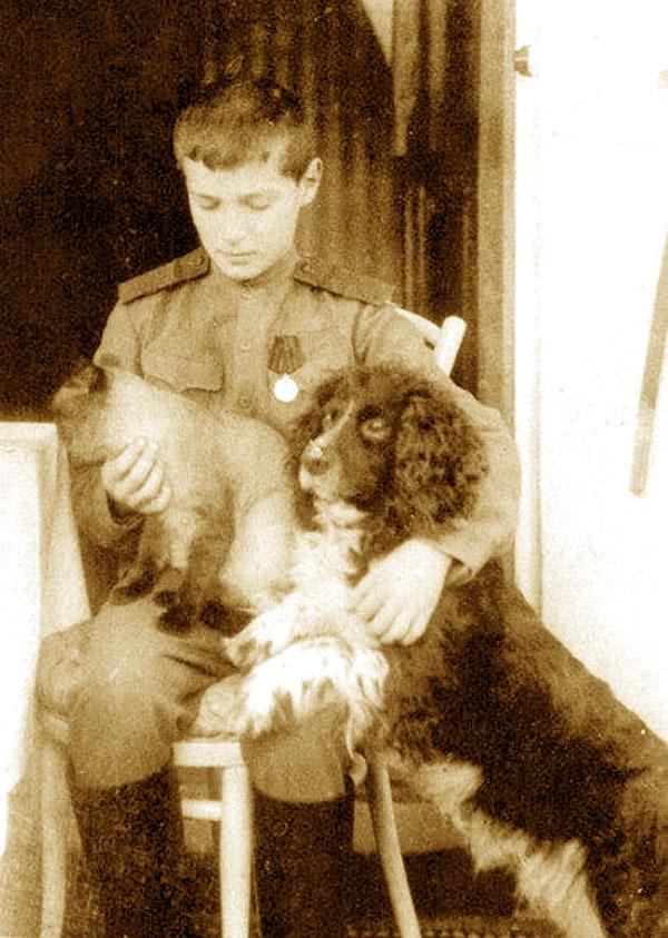 Царевич Алексей со своим котом и собакой