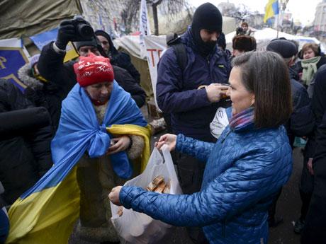Виктория Нуланд покупает украинцев на киевском майдане за пряники