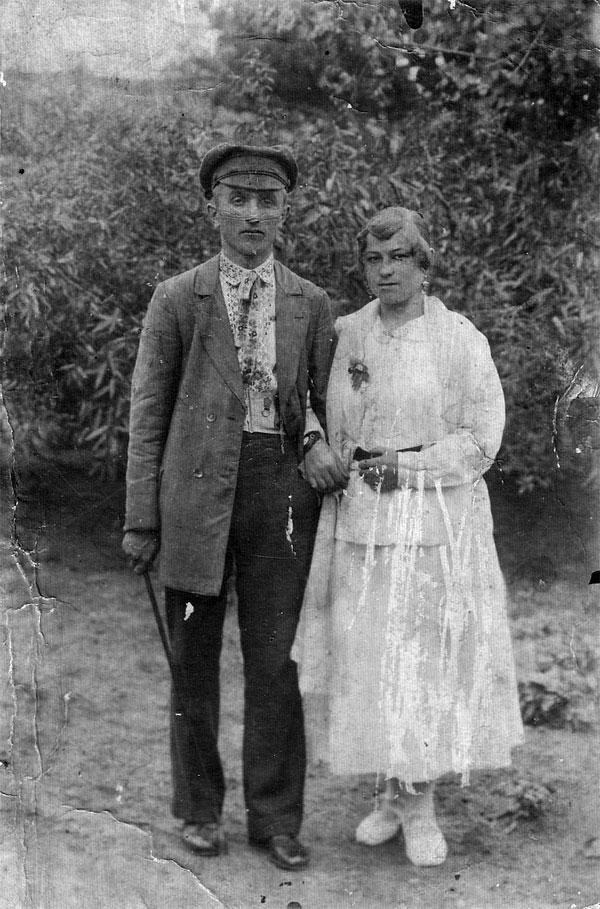 Родители моей матери: Григорий Кузьмич Дмитренко и Ефросиния Митрофановна (ур. Бережецкая), с. Решетиловка, 1919 г.
