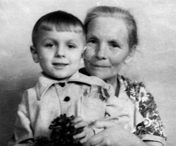 С сибирской бабушкой с отцовской стороны Рузиной Верой Павловной. Макеевка, примерно 1953 г.