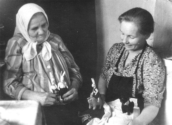 Прабабушка Наталья Николаевна (ур. Колокольцева) и бабушка Вера мастерят игрушки как подарок в Макеевку. Примерно 1952 г.