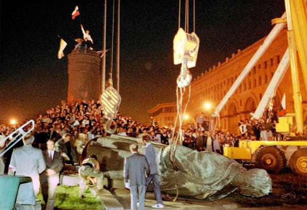 Толпа сваливает памятник Дзержинскому