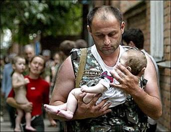 Беслан. Спецназовец выносит ребёнка на руках