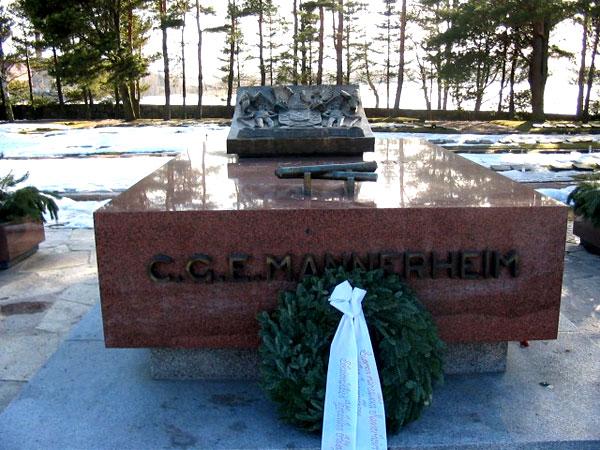 Памятник на могиле Густава Маннергейма в Хельсинки