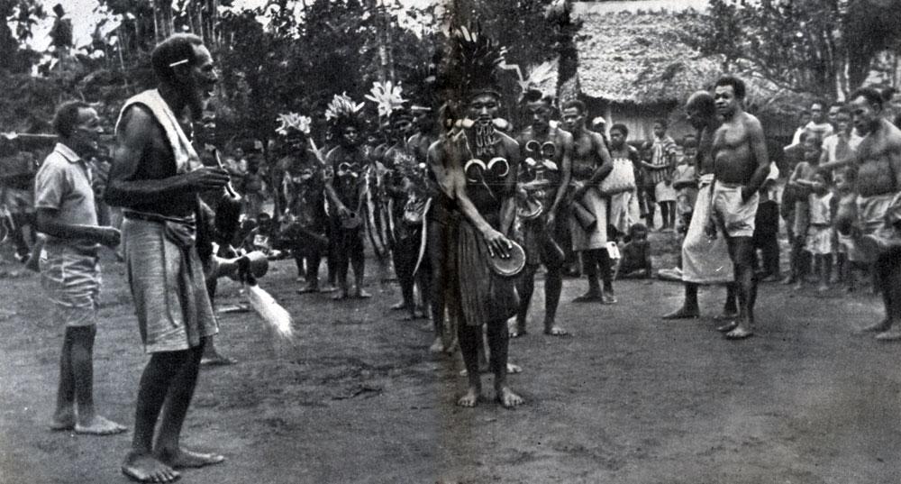 Танцевальное представление на празднике в честь юбилея Миклухо-Маклая в деревне Бонгу на берегу Новой Гвинеи