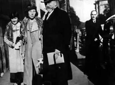 Генерал Миллер с супругой, сзади у машины - Скоблин