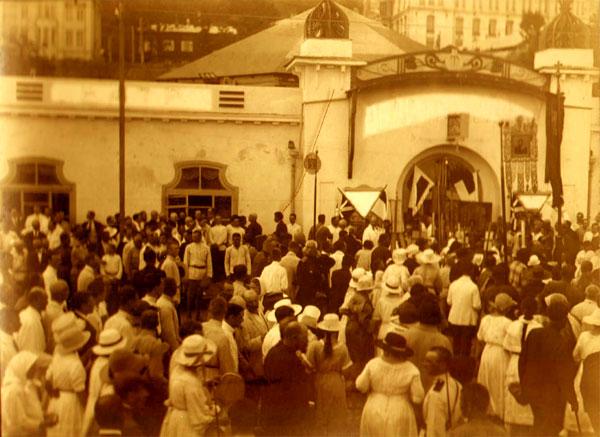 Крестный ход по случаю открытия Земского Собора (перед входом в зал заседаний Земского Собора. 23 июля 1922 г.)