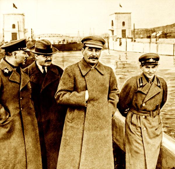 В 1937 г. слева направо: Ворошилов, Молотов, Сталин, Ежов
