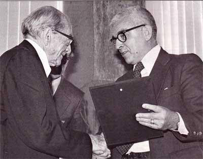 В.К. Зворыкин (слева) получает от председателя Конгресса Русских Американцев П.Н. Будзиловича регалии первого лауреата Русско-Американской палаты Славы. 29 октября 1978 г.