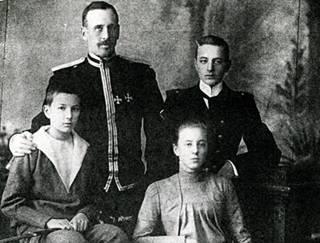 Граф Ф. А. Келлер с детьми: Павлом (1883-1980) – справа; Александром (1887-1944) и Елизаветой (1885-1965) – сидят