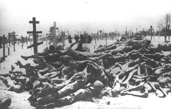 Трупы умерших от голода на кладбище в Бузулуке. 1921 г.
