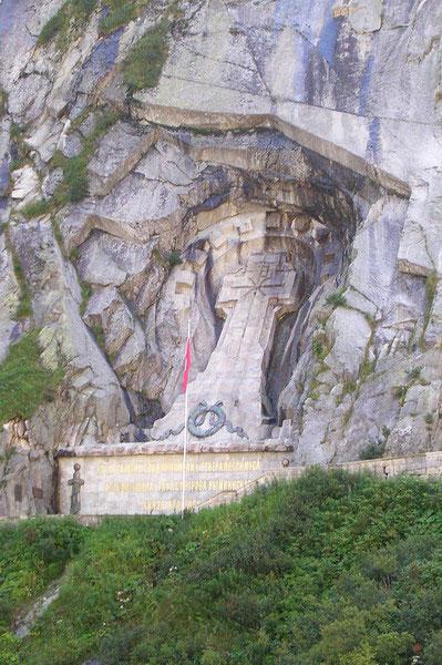 Переход войск Суворова. В скале, напротив Чертова моста, вырублен огромный каменный крест в память о русских воинах