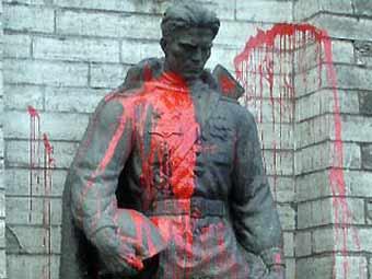 Памятник солдату-освободителю облили красной краской