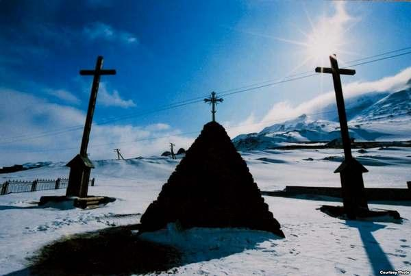 Фрагменты памятника узникам Норильска под горой Шмидта