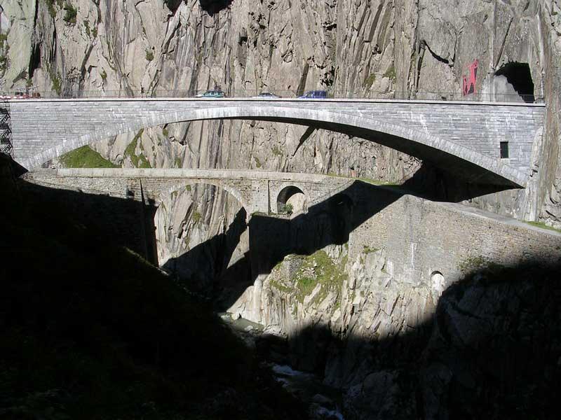 Сейчас через ущелье проходит современный мост