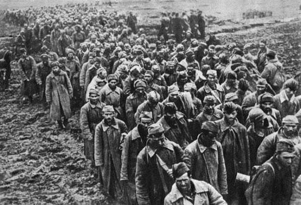 Советские пленные 1941 г. Сталин издал приказ № 270, объявивший сдавшихся в плен «изменниками Родины»