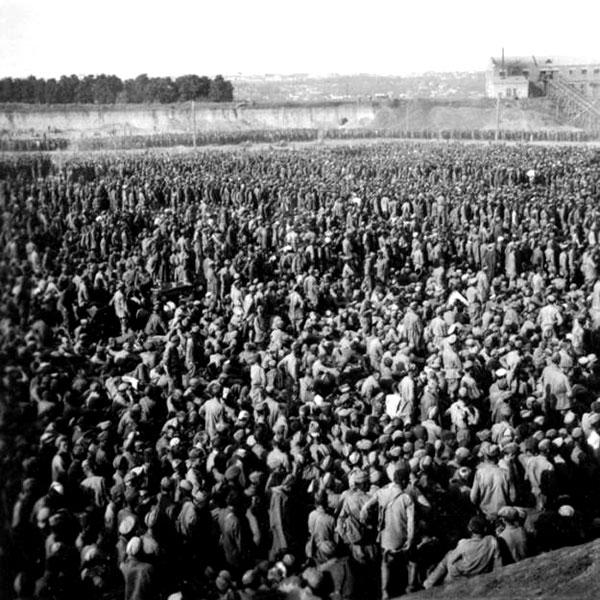 """Август 1941 г. Концлагерь """"Уманская яма"""". Он же шталаг (сборный лагерь) № 349.Был устроен в карьере кирпичного завода. Здесь держали пленных из уманского котла, 50 000 человек."""