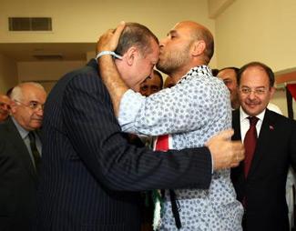Раненный боец целует Эрдогана