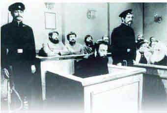 Бейлис в зале суда под охраной. За ним присяжные. Признание судом факта ритуального убийства Андрюши Ющинского