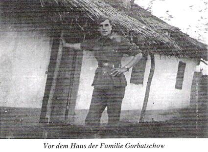 У дома семьи Горбачевых в 1942 г.