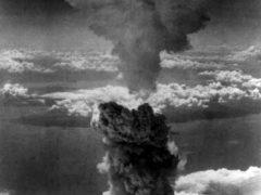 Американцы сбросили первую атомную бомбу на город Хиросима. Убито и ранено 140 тыс. жителей