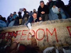 Падение Берлинской стены при невмешательстве властей ГДР и СССР – начало крушения социалистического лагеря