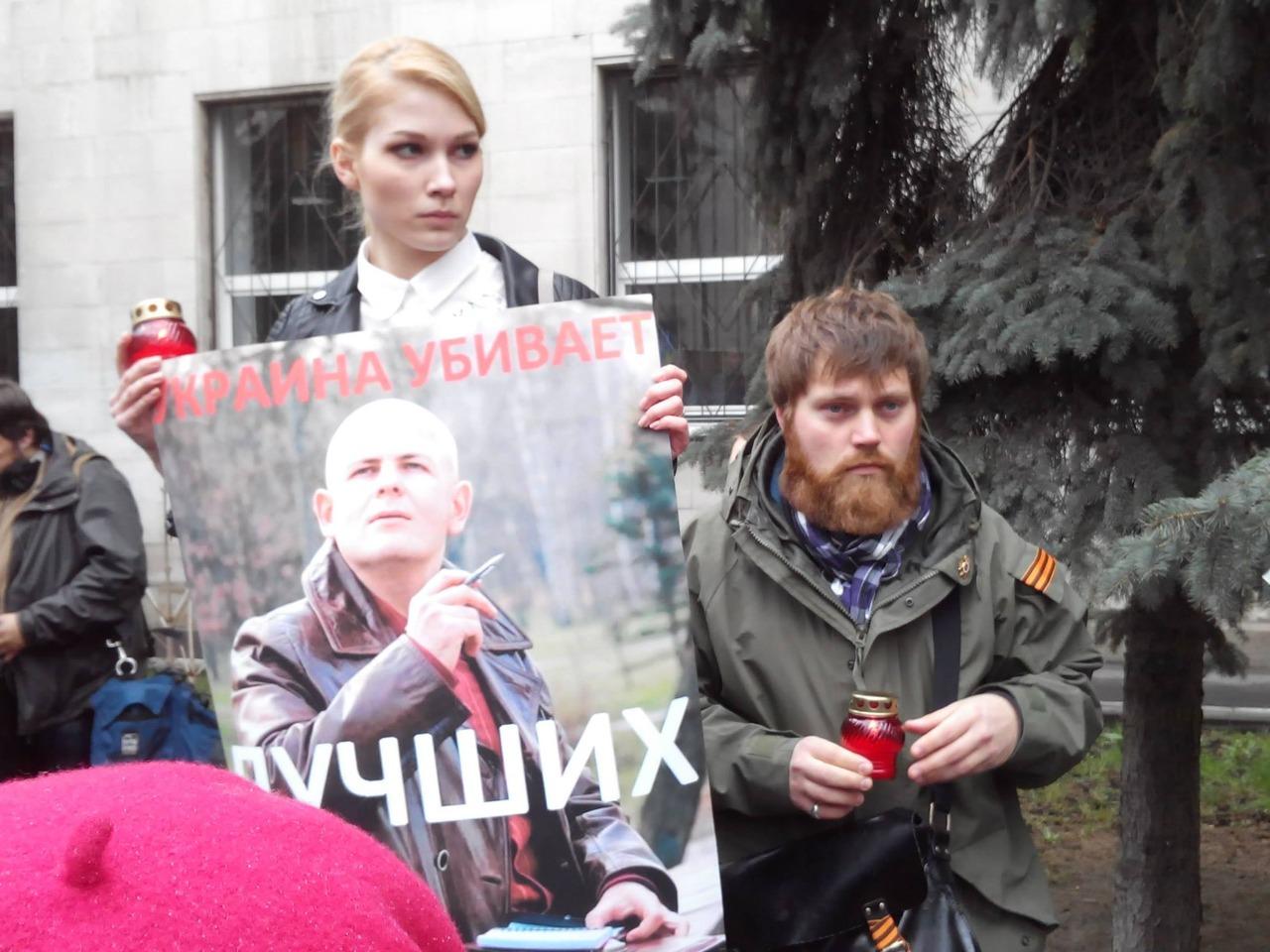 Митинг памяти погибших в Украине журналистов и политиков 18 апреля 2015 г. Участники собрания принесли фотографии Олеся Бузины и Олега Калашникова, возложили цветы и зажгли свечи